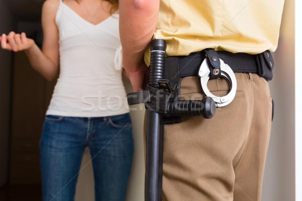 Rendőrtiszt nő bejárati ajtó otthon tanú rendőrség Stock fotó © Kzenon