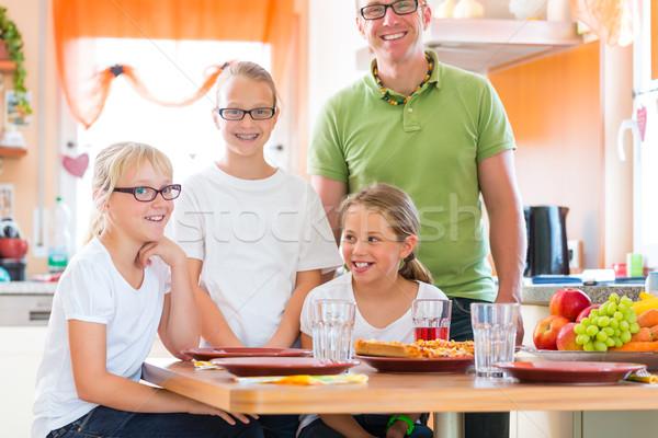 Padre cucina mangiare sano famiglia bambini figlia Foto d'archivio © Kzenon