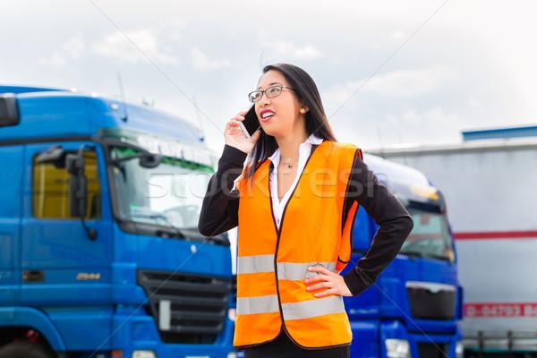 Stockfoto: Vrouwelijke · vrachtwagens · logistiek · asian · opzichter · mobiele · telefoon