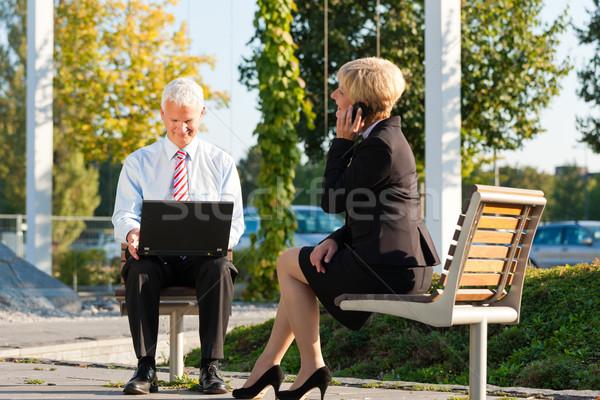 Geschäftsleute arbeiten Freien Laptop fordern einer Stock foto © Kzenon