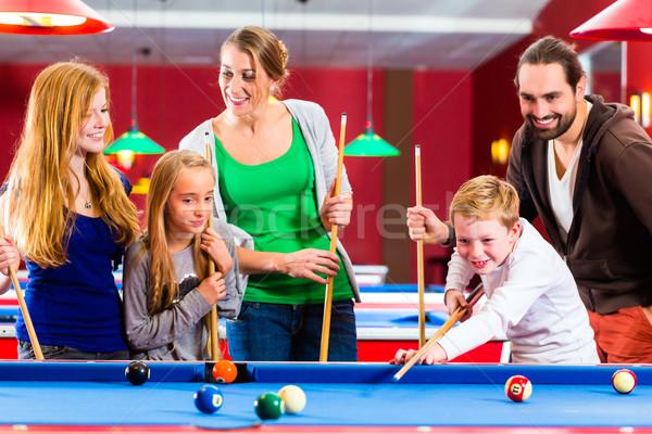 Família jogar piscina de bilhar jogo juntos Foto stock © Kzenon