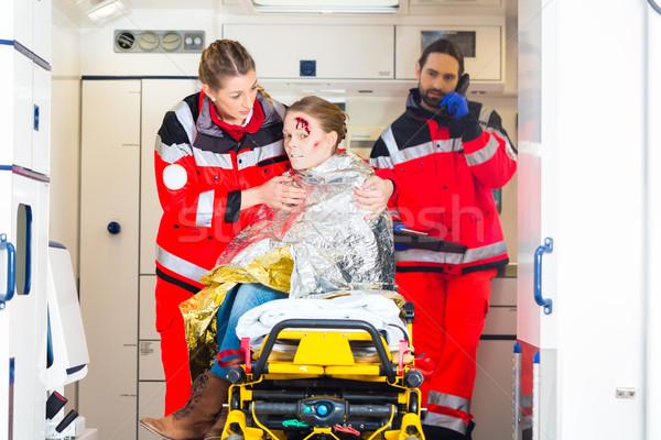 скорой помогают раненый женщину чрезвычайных врач Сток-фото © Kzenon