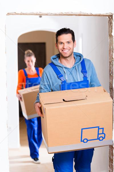 Férfi nő mozog új otthon dobozok hordoz Stock fotó © Kzenon