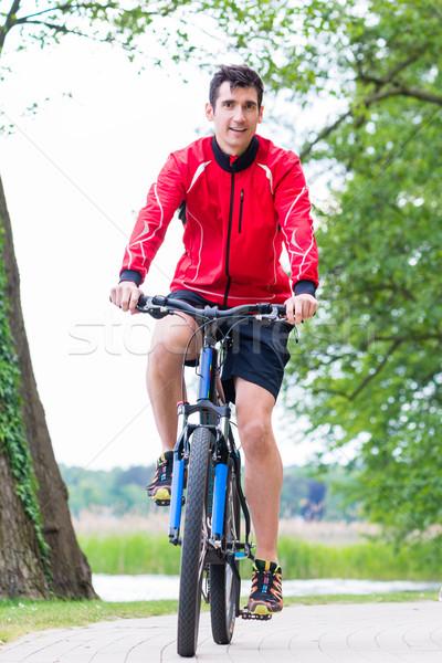 Man mountainbike bos fietsen gelukkig sport Stockfoto © Kzenon