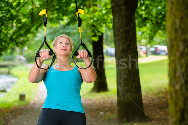 Vrouw schorsing sport jonge vrouw Stockfoto © Kzenon