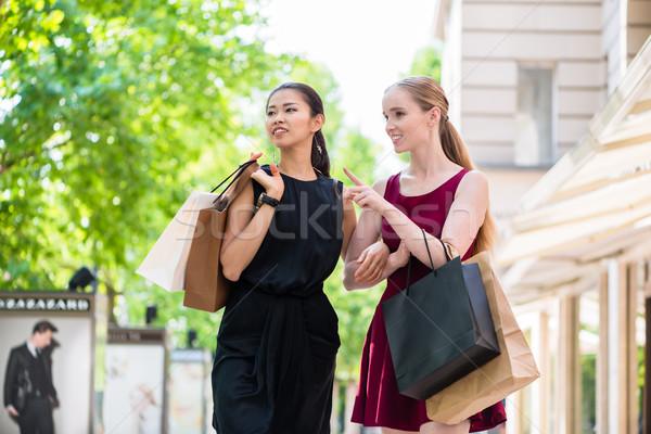 Stockfoto: Twee · modieus · jonge · vrouwen · lopen · stad · winkelen