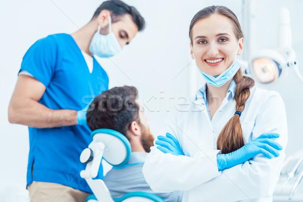 Porträt weiblichen Zahnarzt schauen Kamera glücklich Stock foto © Kzenon