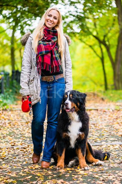 Mujer caminando perro correa parque camino Foto stock © Kzenon