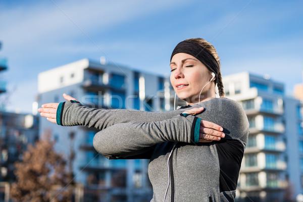 Retrato determinado mulher jovem braço ao ar livre Foto stock © Kzenon