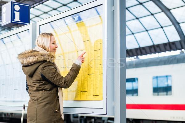 Vrouw lezing tijd tabel treinstation stad Stockfoto © Kzenon