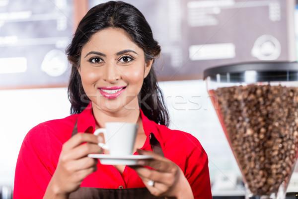 Indiai barista felajánlás kávé női kávézó Stock fotó © Kzenon