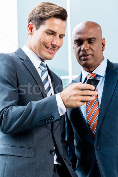 Stok fotoğraf: Hint · kafkas · iş · adamı · telefon · bakıyor