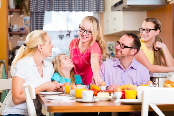 Familie gezamenlijk ontbijt keuken eten drinken Stockfoto © Kzenon