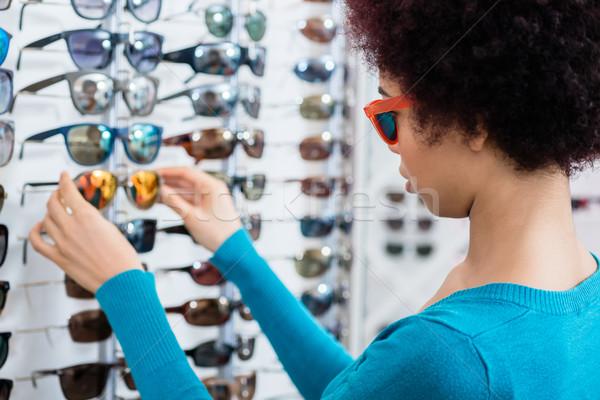 Siyah kadın güneş gözlüğü gözlükçü alışveriş satın alma Stok fotoğraf © Kzenon