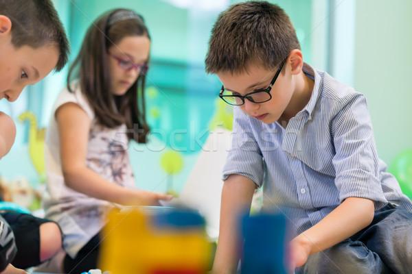 Cute meisje spelen collega klas Stockfoto © Kzenon