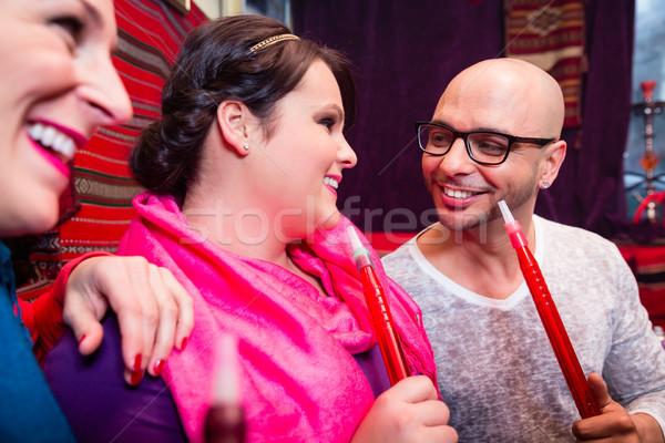Vrienden roken hookah salon samen man Stockfoto © Kzenon