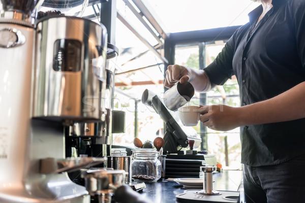 Ernstig barman verse melk beker koffie Stockfoto © Kzenon