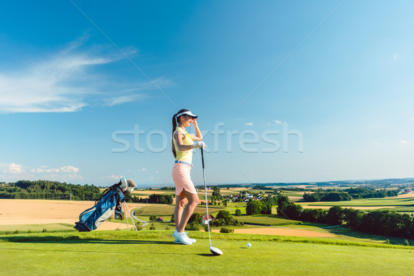 S'adapter femme regarder horizon herbe verte golf Photo stock © Kzenon