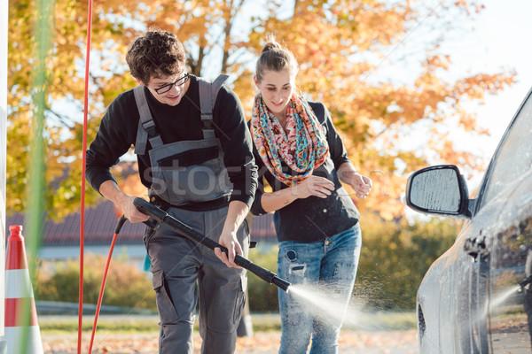 Dienst man helpen vrouw schoonmaken auto Stockfoto © Kzenon
