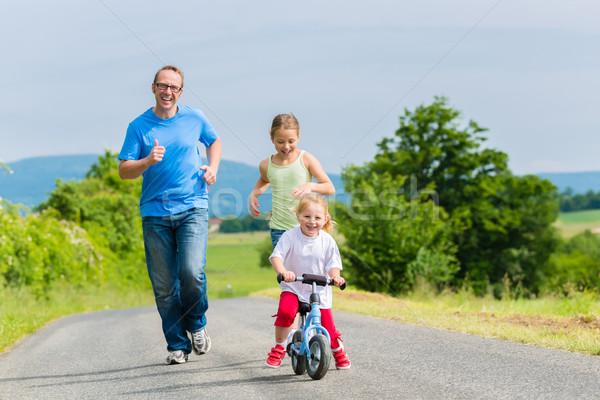 Père courir rue famille activité petite fille Photo stock © Kzenon