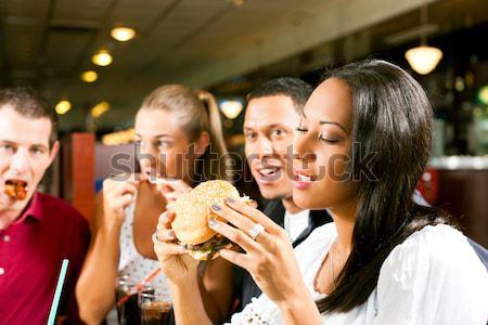 Znajomych restauracji jedzenie fast food trzy diner Zdjęcia stock © Kzenon