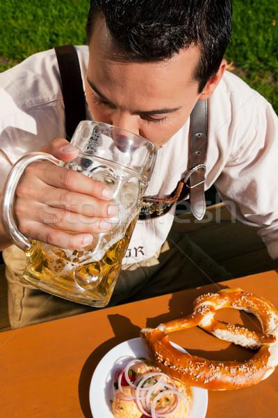 Mann Lederhosen trinken Bier traditionellen Kostüm Stock foto © Kzenon