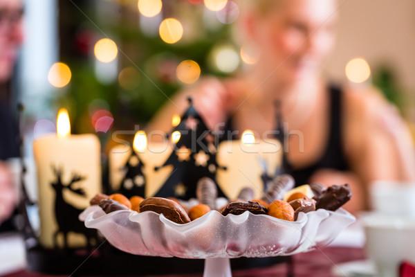 Bolinhos natal mesa de café família homem terno Foto stock © Kzenon