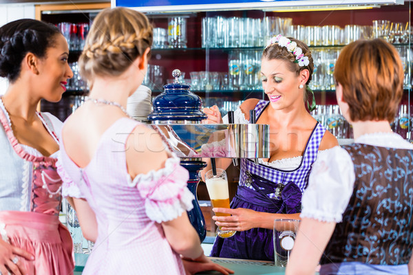 Pub clientes mujeres cerveza bar grupo Foto stock © Kzenon