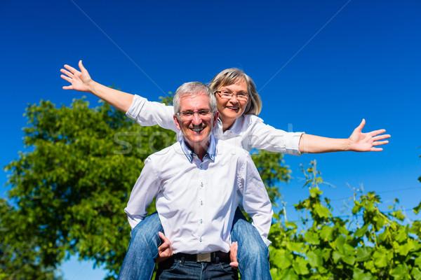 Senior homem mulher piggyback céu Foto stock © Kzenon
