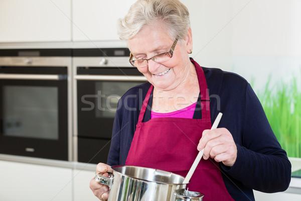 Abuela cocina comodidad alimentos cocina familia Foto stock © Kzenon