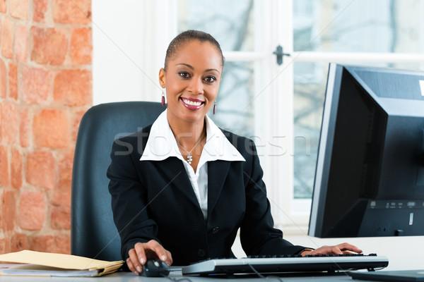 Avocat bureau séance ordinateur jeunes Homme Photo stock © Kzenon