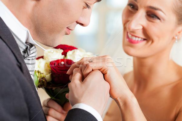 Bruiloft paar belofte huwelijk bruidegom zoenen Stockfoto © Kzenon