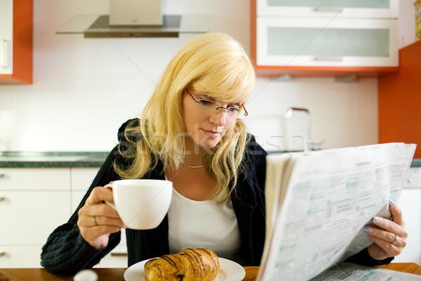 Sabah kâğıt kadın kahvaltı okuma İlanlar Stok fotoğraf © Kzenon