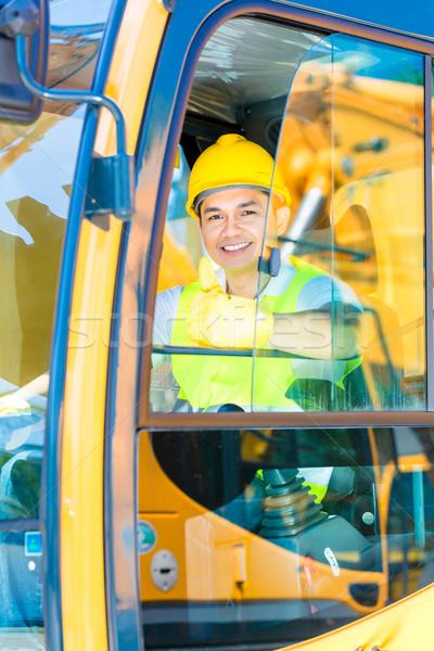 азиатских лопатой экскаватор драйвера строительная площадка сидят Сток-фото © Kzenon