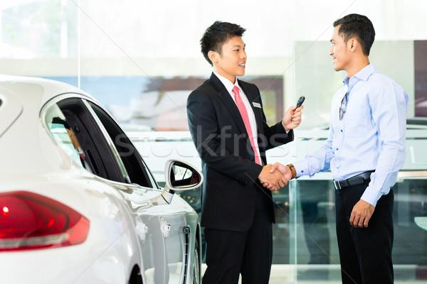 Asiático carro vendedor automático cliente Foto stock © Kzenon