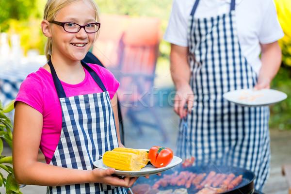 Apa lánygyermek barbecue együtt család hús Stock fotó © Kzenon