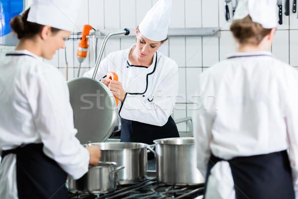 Kantin mutfak şefler hizmet ticari pişirme Stok fotoğraf © Kzenon