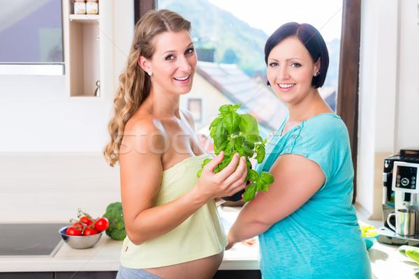 Iki hamile en İyi arkadaşlar sağlıklı gıda kadın ev Stok fotoğraf © Kzenon