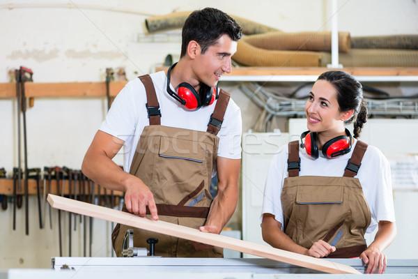 Carpinteiro aprendiz oficina madeira mulher Foto stock © Kzenon