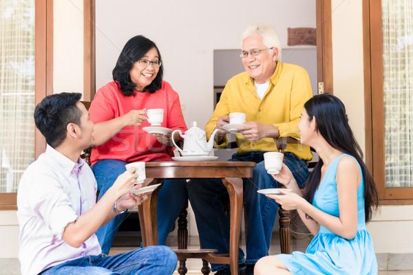 Fiatalember nő szülők otthon délután oldalnézet Stock fotó © Kzenon