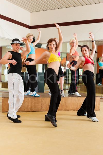 Zumba młodych ludzi taniec studio siłowni sportowe Zdjęcia stock © Kzenon