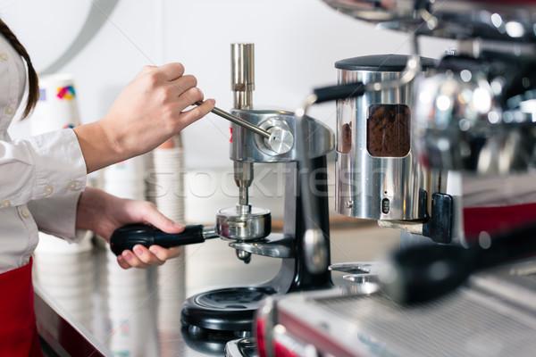 Kelner espresso automatyczny ekspres do kawy ręce Zdjęcia stock © Kzenon