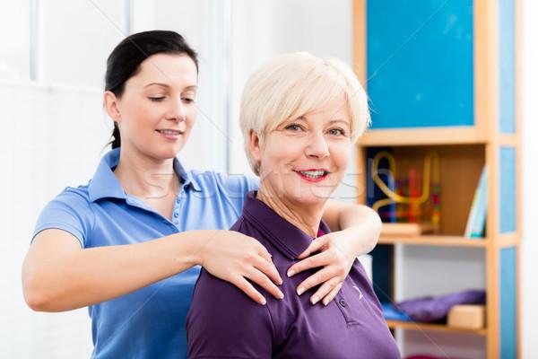 Masseurin Hals Massage älter Frau Stock foto © Kzenon