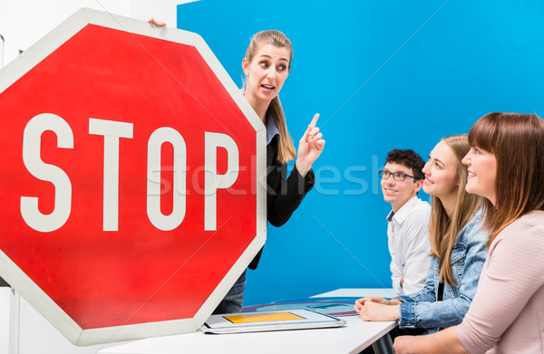 Vezetés tanár magyaráz jelentés utca feliratok Stock fotó © Kzenon