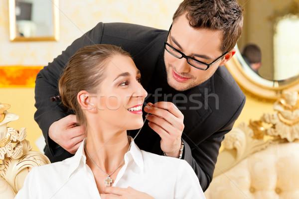Uomo moglie collana amore Coppia compleanno Foto d'archivio © Kzenon