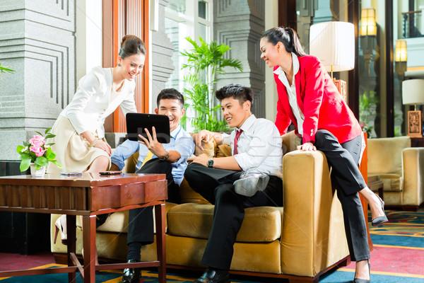 Asian chińczyk ludzi biznesu spotkanie hotel lobby Zdjęcia stock © Kzenon