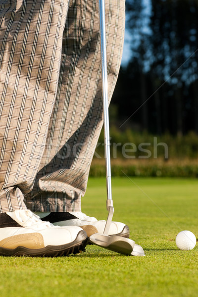 Jogador de golfe bola buraco pé ferro homem Foto stock © Kzenon
