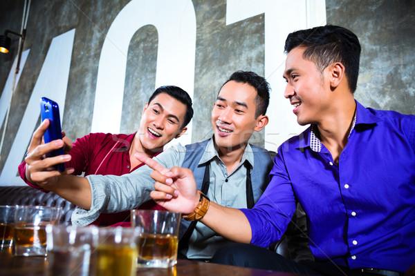Asian vrienden foto's nachtclub partij Stockfoto © Kzenon
