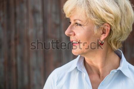 Nostalgisch senior vrouw glimlach zijaanzicht Stockfoto © Kzenon