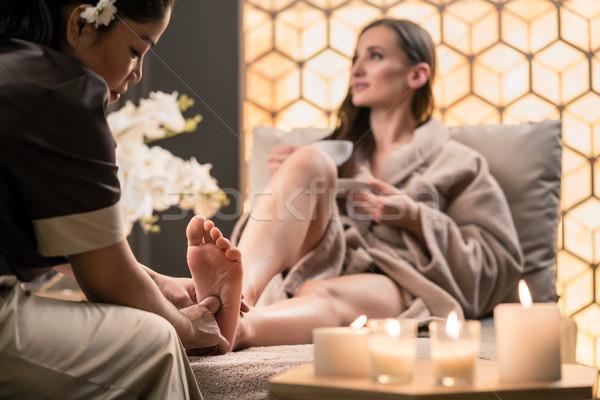 Terapeuta üzenetküldés láb női ügyfél ázsiai Stock fotó © Kzenon
